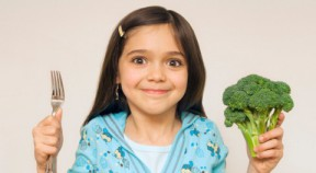 /img/tescobaba/assets/little-girl-holding-up-fork-480x264.jpg