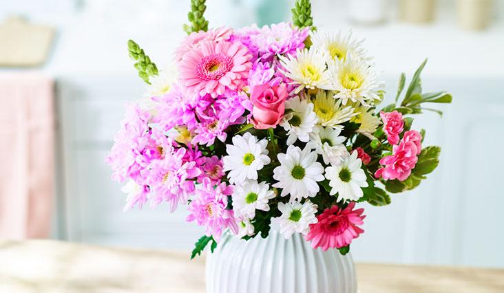 Anyák napjára: virág és stílusos kiegészítők