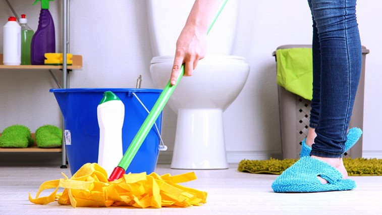 A fürdőszoba takarítása: Segít az ecet, szóda és a műanyag zacskó