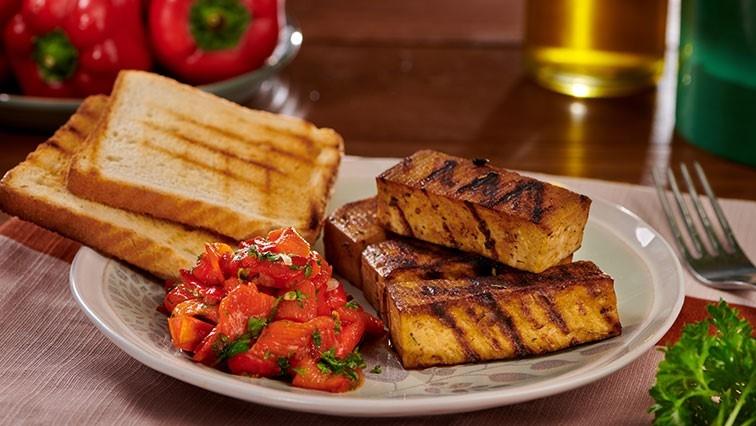 Grillezett tofu édes paprikás salátával